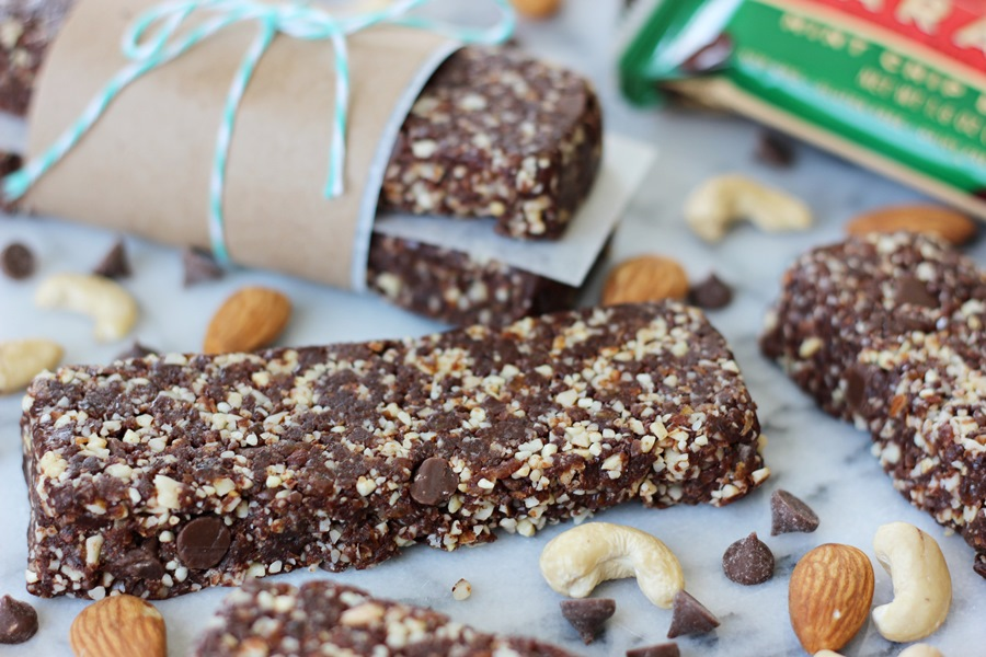 Copycat Mint Chip Brownie Larabars – Everything you love about your favorite fruit and nut on-the-go snack made right in your own kitchen! | www.worthwhisking.com